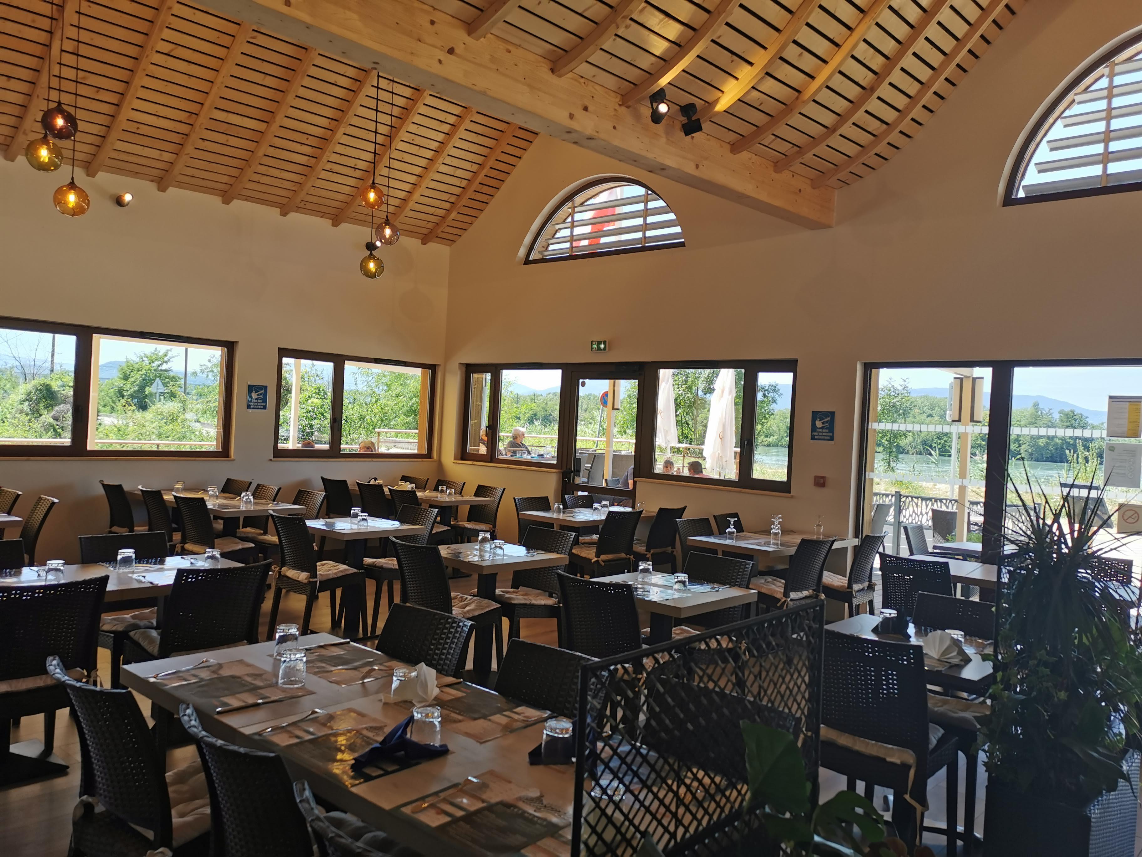 Agencement restaurant, plafond fenêtre, bar